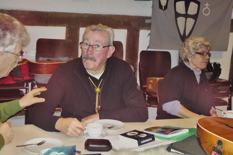 Paul, Hannes, Karin vor Stammesfahne