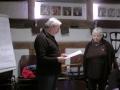 Geschäftsführer Hannes Enzinger übergibt Urkunde an Mechthild Schmenger, Karin Lambrecht