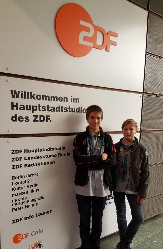 """Timon und Vincent (v.l.n.r.) bei einem """"Abstecher"""" zum Hauptstadtstudio des Zweiten Deutschen Fernsehens (ZDF), dem Träger der Fernsehlotterie """"Aktion Mensch"""""""